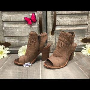 VINCE CAMUTO Karinta Leather Peep Toe Booties 6M